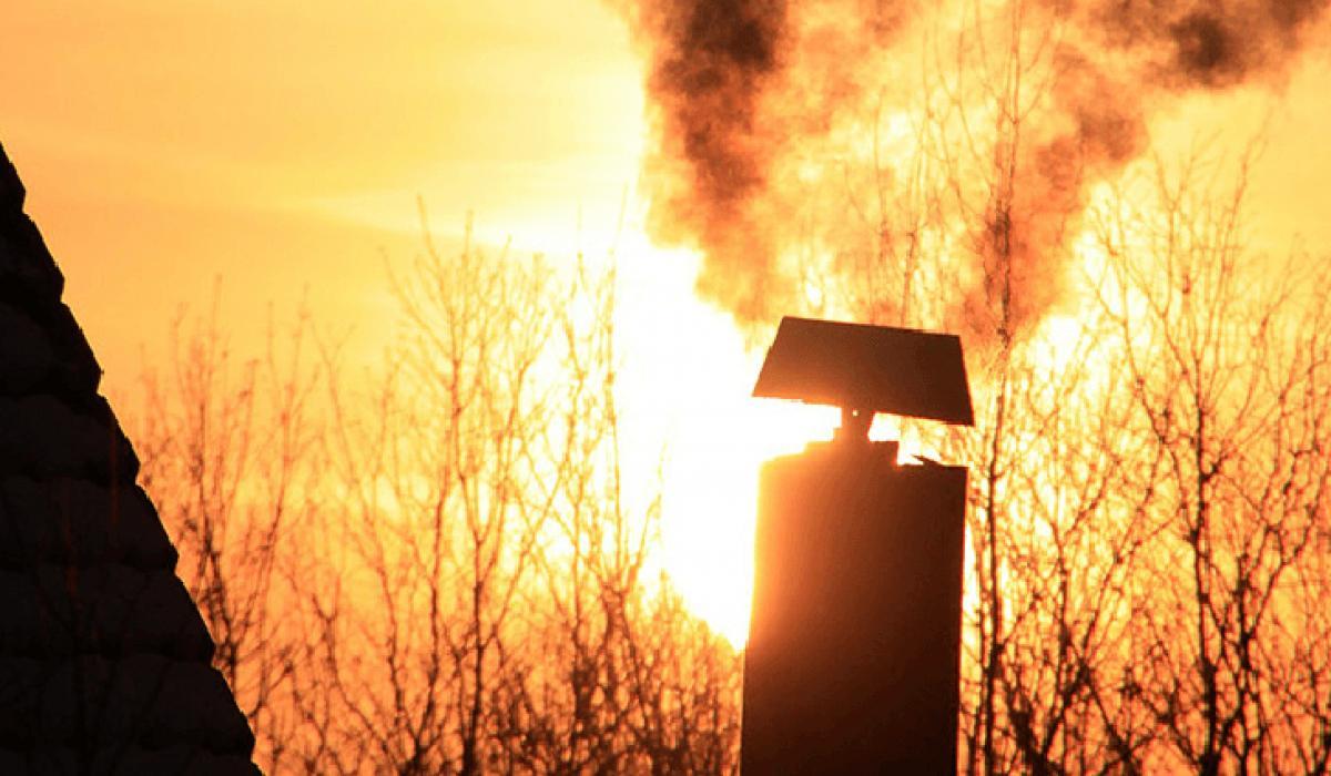 Toksyczne substancje wydobywające się z komina szkodzą tobie, twoim bliskim, sąsiadom oraz środowisku. Grozi za to kara taka sama, jak za spalanie odpadów