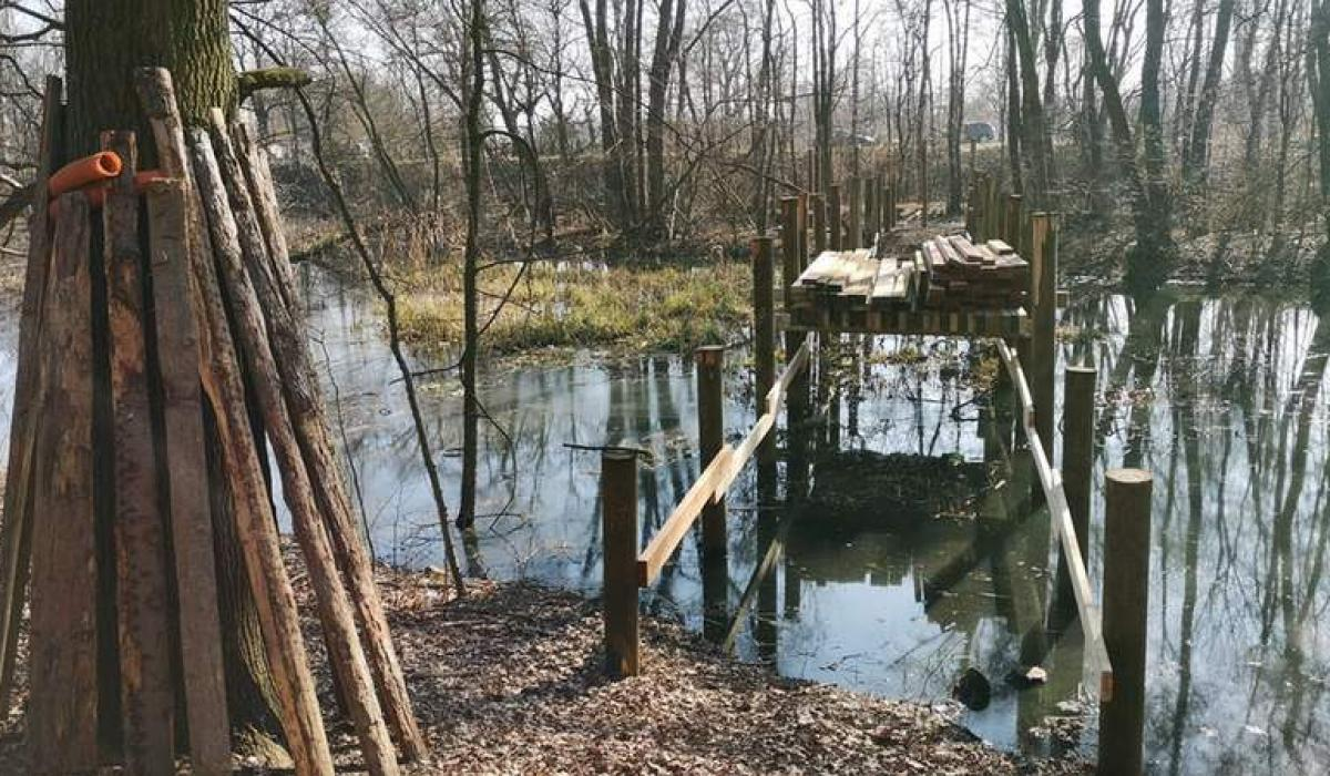 Swojczycki park Czarna Woda - prace nad nowym mostkiem w marcu 2021 r., fot. ZZM