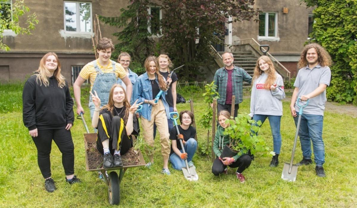 Uczniowie XIV LO po lekcjach sadzą szkolny sad