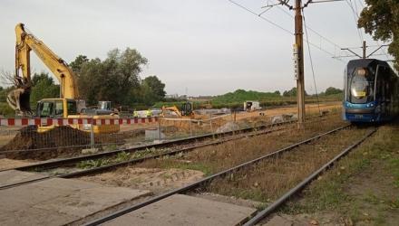 Za kilka miesięcy tramwaje pojadą po nowym torowisku przesuniętym w lewą stronę - w głąb pola